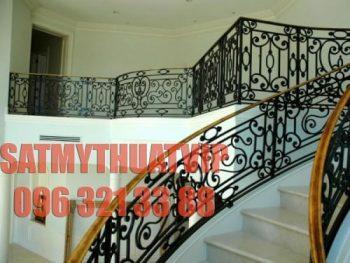 Cầu thang sắt nghệ thuật với họa tiết hoa văn